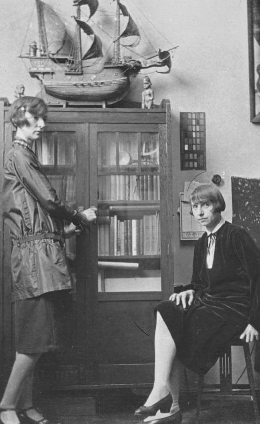 Jeanne Mammen um 1924-1928 im Atelier mit ihrer Schwester Marie Louise
